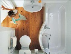 mała łazienka, asymetryczna wanna, drewniana podłoga;