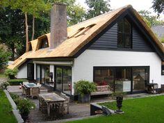 Van pannen naar rieten dak Design Your Own Home, Modern House Design, Build Your Dream Home, My Dream Home, Barn House Conversion, Architecture Design, Different House Styles, Thatched House, Villa