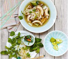 Kyckling Pho är en klassisk vietnamesisk soppa, perfekt att laga i en Crock-Pot. Receptet kommer från Eatingwell.