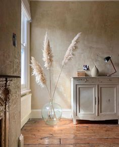 Wonderful walls by   Autentico Volterra paint in Paris White   Living Room Decor, Bedroom Decor, Grass Decor, Pampas Grass, Interior Decorating, Interior Design, Home Decor Accessories, Sweet Home, House Design