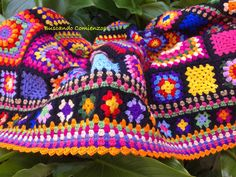 No pattern but I love the colors and the border is great! Love Crochet, Crochet Granny, Blanket Crochet, Afghan Crochet Patterns, Knitting Yarn, Embroidery, Handmade, Blankets, Granny Squares