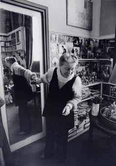 Simone de Beauvoir in her apartment, Paris (1978). Photo: Barbara Klemm