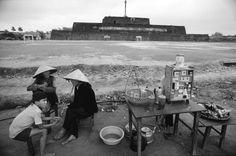 Một quán nước phía ngoài Hoàng thành Huế.1980