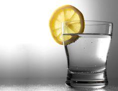 Bicchiere con bevanda di acqua e limone