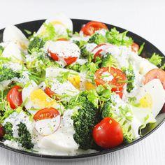Najlepszy i najprostszy przepis na pyszną sałatkę z brokułem w roli głównej. Sałatka z brokułami i jajkami ugotowanymi na twardo a do tego lekki sos czosnkowy. To też wspaniała sałatka brokułowa na Wielkanoc. Caprese Salad, Cobb Salad, Broccoli, Food And Drink, Menu, Lunch, Treats, Healthy Recipes, Cooking