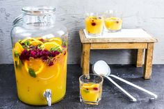 Pineapple punch quite exotic FOOD BOOM - How about a fruity exotic punch for the next celebration? Pineapple, passion fruit and orange provi - Cocktails Vector, Easy Cocktails, Summer Cocktails, Cocktail Recipes, Korn, Smoothie Bowl, Smoothie Recipes, Smoothies, Easy Shot Recipes