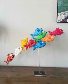 Le bancs de poissons, N°3 - Papier mâché et acrylique. Paper Mache Crafts, Clay Crafts, Arts And Crafts, Paper Mache Sculpture, Fish Sculpture, Art Lessons For Kids, Art For Kids, Paper Mache Animals, Surfboard Art