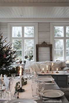 Pretty winter home setting Diy Christmas Balls, Christmas Home, White Christmas, Christmas Ideas, Christmas Recipes, Sweet Home, Interior And Exterior, Interior Design, Deco Table
