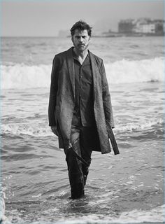 The latest issue of El País Semanal features male model Mark Vanderloo in a relaxed and dapper beachside menswear editorial. All captured by fashion photographer Sergi Pons. See the shoot below: Beach Editorial, Editorial Fashion, Gq, Dark Beach, Extraordinary Gentlemen, Boss Shirts, Photography Poses For Men, Men Looks, Male Models