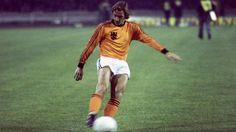 8. JOHAN NEESKENS   1970-74   Un Ironman del centro del campo que también poseía una excelente capacidad técnica y era extremadamente importante en el sistema táctico debido a su habilidad para presionar. los delanteros del Ajax dominaban porque Neeskens les cubría la espalda. - Goal.com