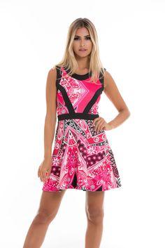 Como não amar um vestido skater com estampa rosa e detalhes estruturados no peito? As faixas pretas criam um contraste.