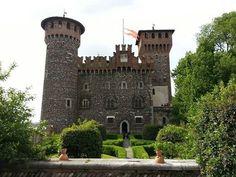 Il Castello Bonoris Montichiari, risalente al 1100 fu ricostruito come dimora di ispirazione neogotica e romantica alla fine del 1800 da Gaetano Bonoris.