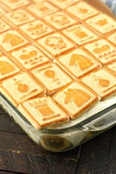 Baking dish with banana pudding and chessmen cookies Banana Pudding Ingredients, No Bake Banana Pudding, Banana Pudding Desserts, Banana Dessert, Banana Treats, Best Dessert Recipes, Sweet Desserts, No Bake Desserts, Holiday Recipes