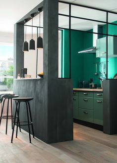 Cuisine verte ouverte sur un espace bar Green kitchen open to a bar area Green Kitchen Designs, Interior Design Kitchen, Kitchen Decor, Interior Decorating, Kitchen Ideas, Kitchen Colors, Modern Interior, Decorating Ideas, Cuisines Design