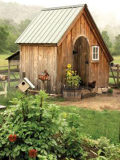 Cute Chicken Coop! Oder Garten-Schuppen. Warum nicht mal eine runde Tür!