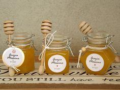 Bomboniera di miele con spargimiele e vasetto con chiusura ermetica. Ideale per varie ricorrenze come nozze, battesimo, laurea, comunione. Bomboniera gastronomica