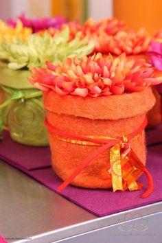 Vaasjes-terracotta bloempot of plakbandrol  bekleed met vilt, lint en kant