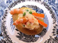 Patatas rellenas de ensaladilla de gambas y palitos de cangrejo