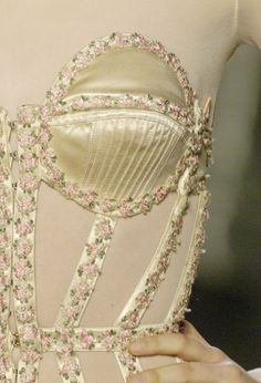 crystuls:  wink-smile-pout:  Jean Paul Gaultier Spring 2005 Details  MORE FASHION HERE