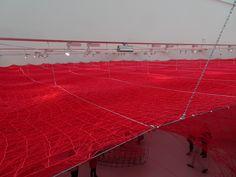 's-Hertogenbosch - Brabants Museum. Intrigerend kunstwerk in wollen draden van de Japanse kunstenares Chiharu Shiota, genaamd 'Between de Lines' - deze foto van bovenaf gezien. deel van haar expositie in 2017. Foto: G.J. Koppenaal - 5/10/2017.