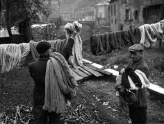 Robert Doisneau - Teinture à Aubusson, 1945.