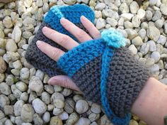 Ravelry: Mobius Mitts - Free Crochet Pattern by Nyss Parkes Crochet Hand Warmers, Crochet Mittens, Crochet Gloves, Crochet Slippers, Crochet Scarves, Diy Crochet, Crochet Crafts, Yarn Crafts, Crochet Projects