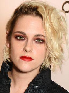 Kristen Stewart aparece de sombra vermelha de novo e a nova coleção da Chanel vem para firmar: o cosmético está mesmo com tudo! Aqui, dicas para não escorregar ao tent...