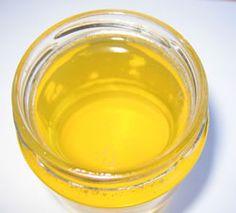 Mézes-élesztős pakolás  Gyönyörűen kisimítja a bőrt és feltölti B-vitaminokkal. Két-három evőkanál langyos tejbe morzsoljunk bele egy darab friss élesztőt és adjunk hozzá egy evőkanál mézet. Vigyük fel az arcunkra és hagyjuk 10 percig rajta, majd langyos vízzel mossuk le. Filter, Spa, Beauty, Beauty Illustration, Philtrum