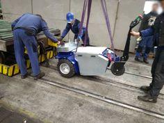 M11 Zallys, ručne vedený ťahač určený pre sťahovanie ťažkých bremien vo výrobných závodoch a v logistických centrách. Magnetická brzda elektromotora proti náhodnému pošmyknutiu, prevod ozubenými kolesami. Rôzne druhy ťažného zariadenia. Rýchlosť – 5 km/h; Ťažná kapacita až 15 000 kg; Nosnosť vozíka 500kg; Sklon 15°. Vyrobené v Taliansku. Baby Strollers, Home Appliances, Children, Baby Prams, House Appliances, Young Children, Boys, Kids, Prams