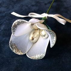 Italian candy flowers are made in Italy. Inside the petals are three or five Jordan almonds or chocolate confetti. Italian candy flowers, called confetti fiori in Italian, are given as favors at weddings, anniversaries, baby showers and bridal showers. Candy Flowers, Tulips Flowers, Bridal Flowers, Diy Flowers, Italian Wedding Favors, Best Wedding Favors, Wedding Candy, Italian Candy, Diy Confetti