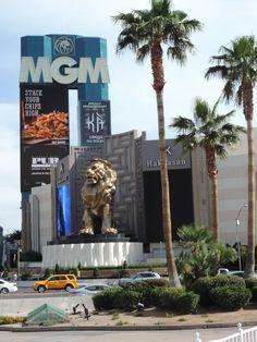 """En la entrada del hotel se encuentra una gran estatua de bronce de 50 toneladas de un león - símbolo de """"MGM Récords Internacional"""" propio estudio basado """"MGM"""" Kirk Kerkorian, y en la construcción es un enorme aviario con leones"""