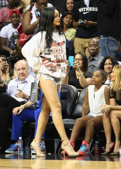 Summer Classic Charity basketball game in NYC - August 2014 - 055 - Rihanna Daily Photo Gallery - Source for Miss Rihanna Rihanna Outfits, Style Rihanna, Rihanna Looks, Rihanna Casual, Rihanna Fashion, Rihanna Daily, Best Of Rihanna, Rihanna Mode, Rihanna Riri