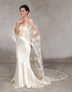 Brautkleid aus Seide in Meerjungfrau-Silhouette mit einem Cape aus ...