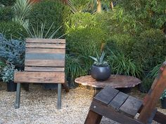 pallet chairs ( plans from Flora Grubb, via Poppytalk. Pallet Crates, Pallet Chair, Wooden Pallets, Pallet Furniture, Recycled Pallets, Furniture Plans, Kids Furniture, Recycled Materials, Modern Furniture