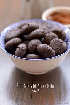 Bocadinhos de Açúcar: Bolinhos de Alfarroba & Mel Cooking Cookies, Cookie Desserts, Biscuits, Good Food, Yummy Food, Healthy Cake, Little Cakes, Food Goals, No Bake Treats