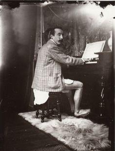 consquisiteparole:  anneyhall:  Paul Gauguin playing the harmonium in Alphonse Mucha's studio, Rue de la Grande-Chaumière, Paris, c.1895.  Qui Paul Gauguin suona l'armonium in mutande la sera prima di far bisboccia con alcuni marinai bretoni; i ragazzetti avevano fatto apprezzamenti di un certo tipo alla sua Annah, lui aveva curvato i baffi in segno di sfida ritrovandosi poi però con una caviglia rotta. Mentre lui finisce in ospedale, lei scappa con tutti i suoi soldi - ma senza i dipinti…