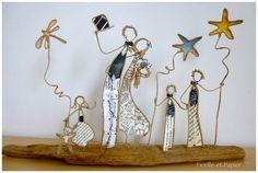 Figurines en ficelle de kraft armé et papier sur socle en bois Que voici une jolie famille ! Réunie en ce jour merveilleux où deux coeurs amoureux vont s'unir ! Alors, pou - 20744181