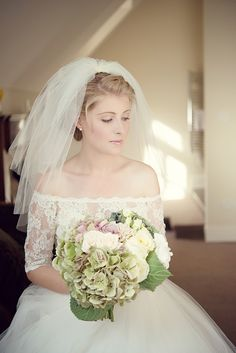 Short wedding veil. Photography by www.karenmcgowranphotography.co.uk