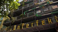 Fassade eines mehrstöckigen Gebäudes mit vorgelagerten Balkonen und dem Schriftzug UnPerfekt | Bildquelle: WDR