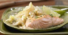 Der gebratene Chinakohl mit Lachsfilet ist raffiniert und kalorienarm. Schon eine Portion deckt den Tagesbedarf an knochenstärkendem Vitamin D.