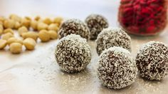 Full of superfoods such as goji berries and raw cacao powder, these bliss balls provide a good dose of antioxidants… Healthy Treats, Healthy Recipes, Rum Balls, Bliss Balls, Powder Recipe, Coconut Rum, Raw Cacao, Balls Recipe, Nutritious Meals