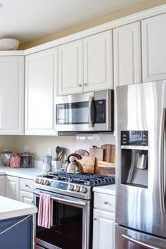 Christmas Kitchen Decor: How To Decorate with Traditional Holiday Decor On A Budget Kitchen Renovation Cost, Diy Kitchen Remodel, Home Design Diy, Interior Design Studio, Diy Christmas Kitchen Towels, Christmas Home, Christmas Decor, Holiday Decor, Kitchen Decor