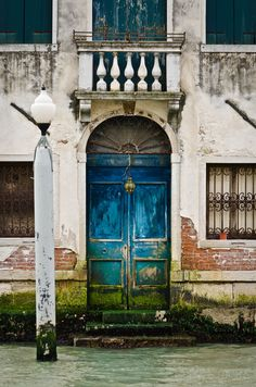 Discover recipes, home ideas, style inspiration and other ideas to try. Cool Doors, Unique Doors, Old Windows, Windows And Doors, Entrance Doors, Doorway, Venice Painting, Building Front, Venice Italy