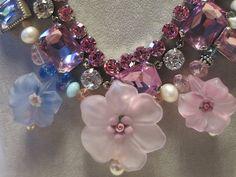 Blütencollier mit Acryl,-Glas, und Süßwasserperlen www.takinu.com