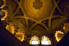 """""""La bóveda de la mezquita de la Aljafería está fundada sobre una base octagonal que se asienta sobre una serie de 16 ventanas coronadas de arcos de herradura apuntada y elegantemente lobulados. Los ángulos de la base están unidos por una serie de nervios que aumentan la elegancia del polígono central de la bóveda."""""""
