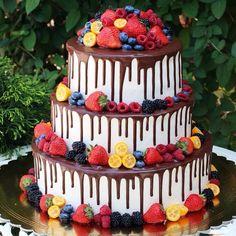Свадебный торт. Бисквит ванильный со сливочно-творожным кремом. Внутри бананы, клубника, вишня, сникерс и крем на основе сыра маскарпоне. Автор Instagram.com/tort_kmv
