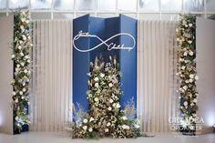 Wedding Stage Backdrop, Wedding Backdrop Design, Wedding Stage Decorations, Backdrop Decorations, Backdrops, Wedding Pins, Wedding Flowers, Mixed Bridesmaid Dresses, Modern Flower Arrangements