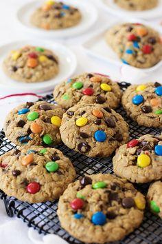 Bol çikolata akışkanlı, fıstık ezmesi ve yulafla zenginleştirilmiş, rengarenk drajelerle ise bütünleşmiş şahane ötesi kurabiyeler pişirdim...