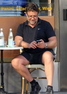 Russell Crowe Photos - 'Man of Steel' actor Russell Crowe grabs coffee with a friend in Beverly Hills, California on May - Russell Crowe Stops For Coffee With A Friend In Beverly Hills Gladiator Movie, Taika Waititi, Isla Fisher, Russell Crowe, Star Wars, You Are Cute, We Are Young, Stephen Amell, Man Of Steel