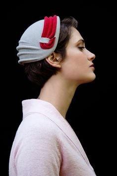 I& wanted one of these hats for ages, they are gorgeous! But I suppose they don& serve much purpose. Retro Mode, Mode Vintage, Vintage Hats, Pinup, Foto Fashion, Grey Hat, Fancy Hats, Wearing A Hat, Love Hat
